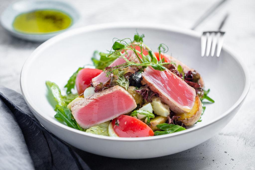 Тунец с салатом из овощей