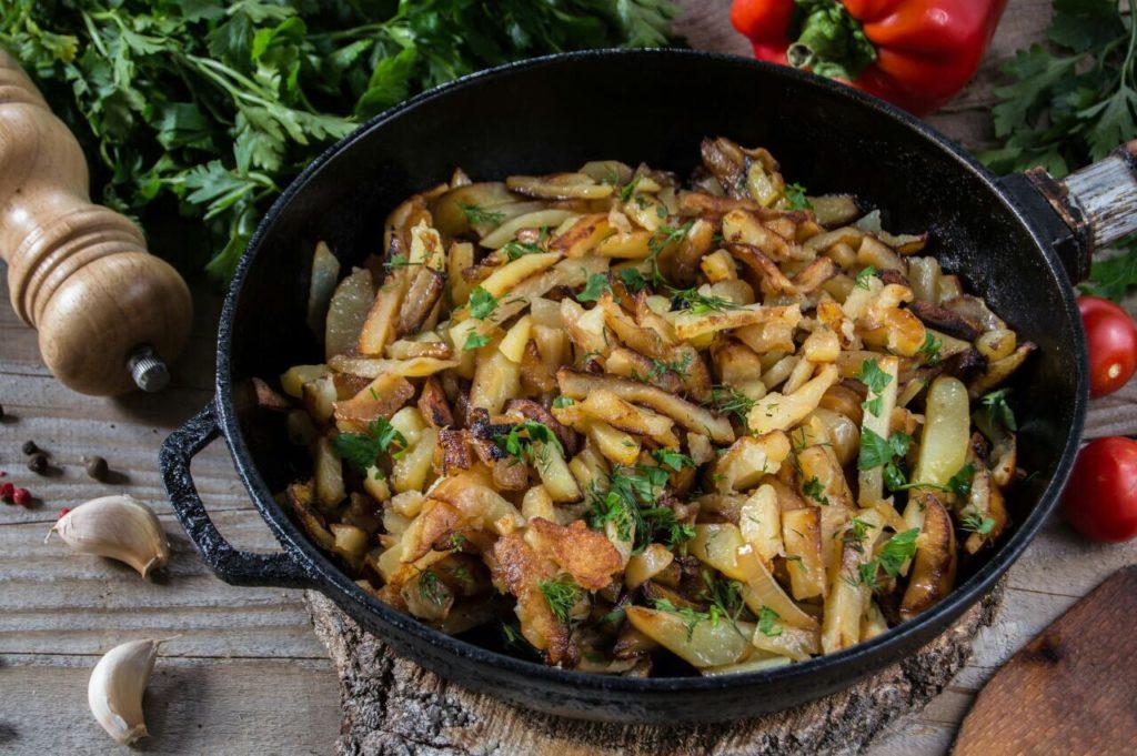 картошка в чугунной сковороде