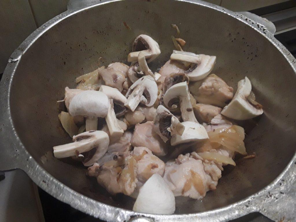 курица с грибами - жарим курицу и грибы