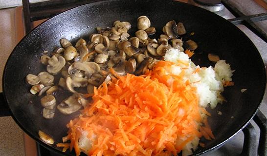 тушеные грибы с морковью