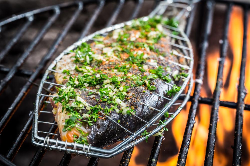 рыба на решетке на углях